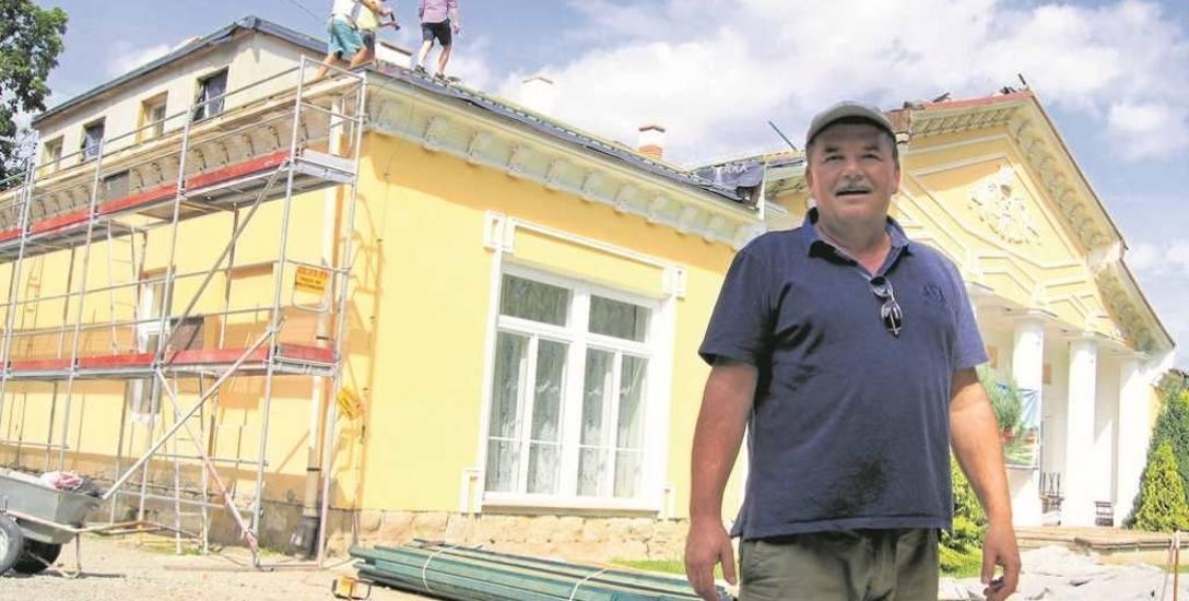 Marcin Leśniak mówi, że stan remontowanego dworu go przeraził. Nie zdąży ze wszystkim w wakacje