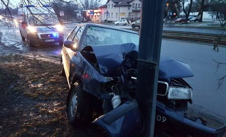 Wypadek na Politechniki. Skodą uderzyła w latarnię [ZDJĘCIA, FILM]