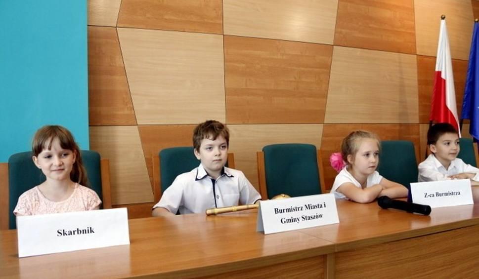 Film do artykułu: Przedszkolaki stały się samorządowcami i objęły władzę w Staszowie. Była I Dziecięca Sesja Rady Miejskiej