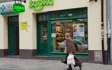 """""""Żabka""""przy ulicy św. Katarzyny to jeden z ośmiu sklepów w okręgu staromiejskim, który dostal zezwolenie na sprzedaż najmocniejszych alkoholi. Od kilku"""