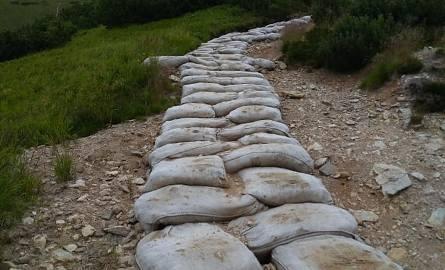 Niezwykły pomysł na remont tatrzańskich szlaków. Użyto... płóciennych worków [ZDJĘCIA]