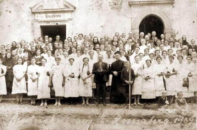 Pamiątkowe zdjęcie pątników z parafii w Rozmierzy, pielgrzymujących na Górę św. Anny w 1939 roku