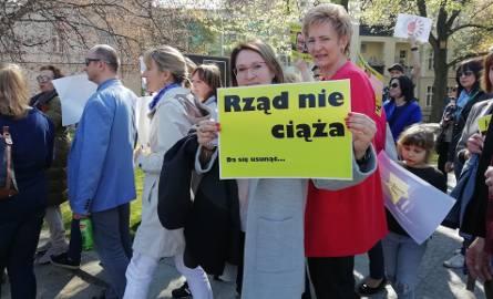 Na placu Wolności w Bydgoszczy odbyła się manifestacja strajkujących nauczycieli. Przyszli, aby zaprotestować przeciwko polityce rządu i wesprzeć związkowców