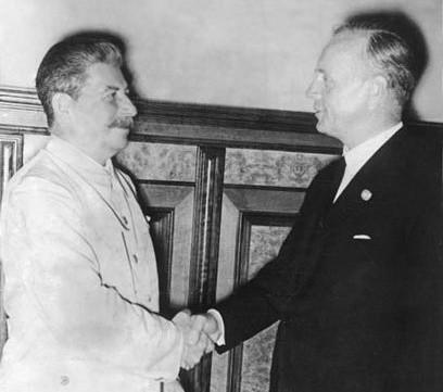 Józef Stalin (z lewej) i Joachim von Ribbentrop. Moskwa 23.08.1939