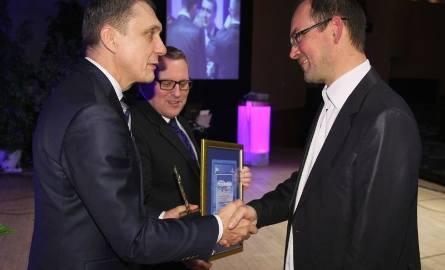 Dariusz Saletra, prezes Niepublicznego Zakładu Opieki Zdrowotnej Artimed w Kielcach odbiera dyplom dla najlepszej przychodni w Kielcach, trzecie w województwie.
