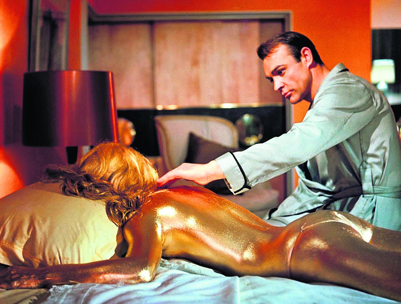 """W filmie """"Goldfinger"""", w którym Sean Connery mierzy się z multimilionerem Aurikiem Goldfingerem, słynnemu aktorowi partneruje m.in."""