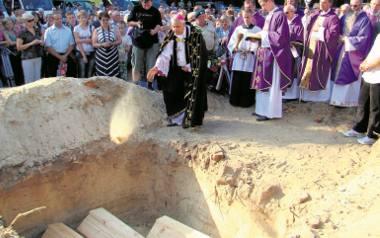 Uroczysty pochówek ofiar mordu w Woli Ostromeckiej w 2011 roku