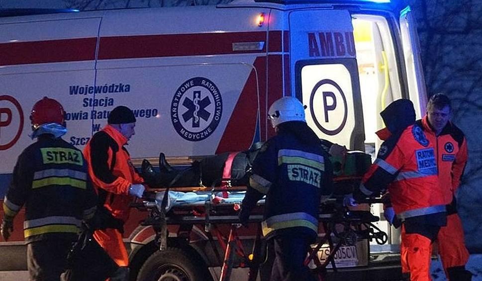 Film do artykułu: Wypadek na S7 na obwodnicy zachodniej Radomia. Samochód osobowy uderzył w bariery, jedna osoba ranna. Strażacy wycinali ją z wraku pojazdu