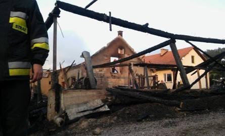 Strażakom udało się uratować dom. Reszta budynków spłonęła