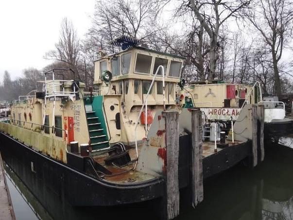 Zestaw pływający Westerplatte II składa się z dwóch jednostek, tzw. pchacza Bizon (zbudowany w 1975 roku w Tczewie) oraz statku szkolnego pchanego (zbudowany