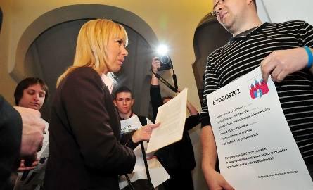 Młodzieżówki wszystkich partii wspólnie protestowały przeciw metropolii bydgosko-toruńskiej. Zdziwionej pani minister młodzi wręczyli pismo, dlaczego