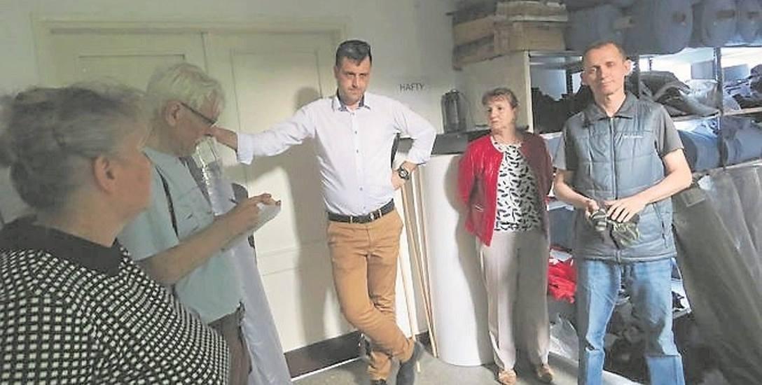 Wójt Piotr Kosik (w białej koszuli) zaprosił radnych do szwalni. Z prawej Jarosław Różański, przewodniczący rady gminy.