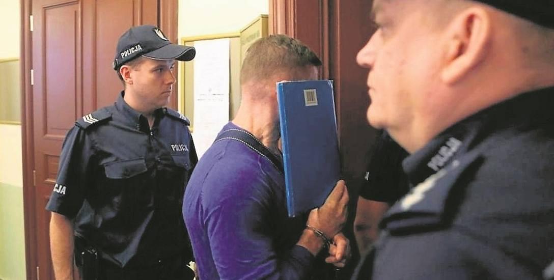"""Na zdjęciu Marek M.  doprowadzany do szczecińskiego sądu w sprawie pomocnictwa do zabójstwa ochroniarza z Poznania. """"Oczko"""" dostał 15 lat więzienia,"""