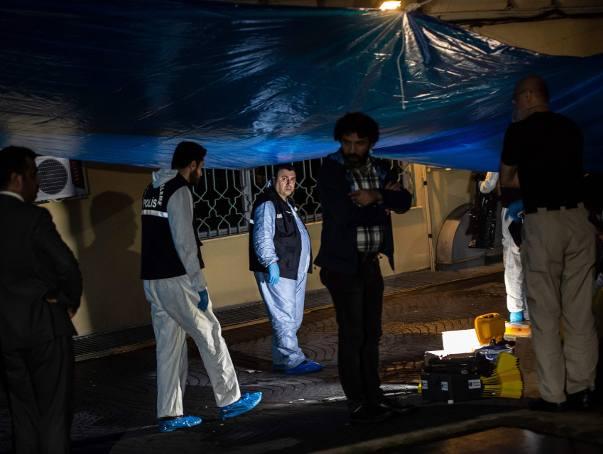 Tureccy technicy policyjni pracują przy budynku konsulatu