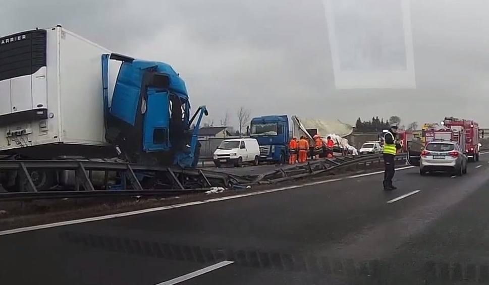 Film do artykułu: Gmina Belsk Duży. Wypadek na S7 w Zaborowie. Zderzyły się dwie ciężarówki