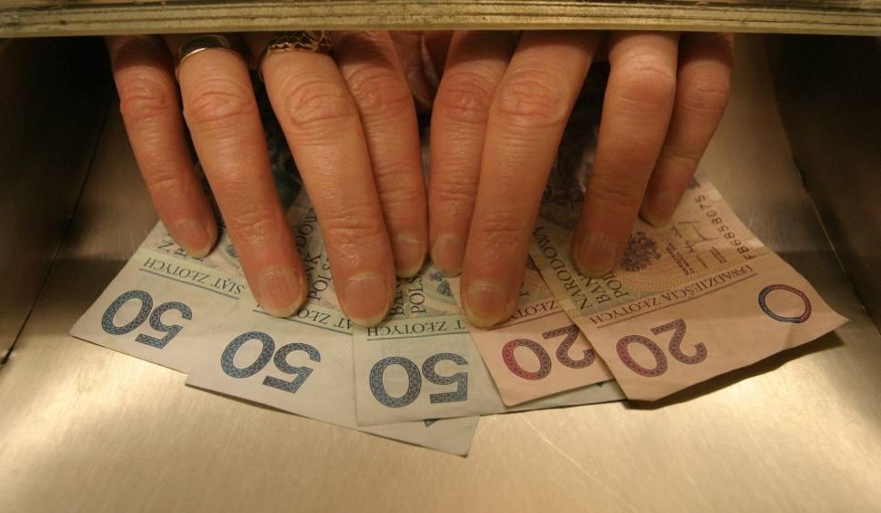 """Film do artykułu: Pensja minimalna 2020: Ile netto i brutto? Najniższe krajowe wynagrodzenie to teraz 1800 zł """"na rękę"""""""