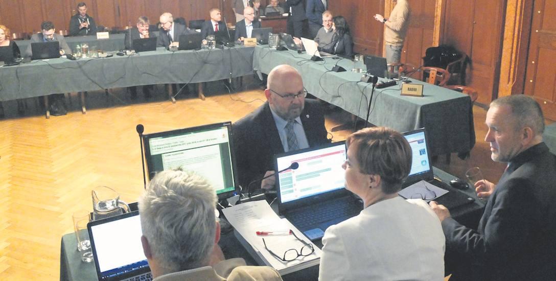 Przeciw zagłosowało 12 radnych. Pięcioro wstrzymało się od głosu. Trzech radnych z klubu Roberta Biedronia było za przeznaczeniem dodatkowych pieniędzy