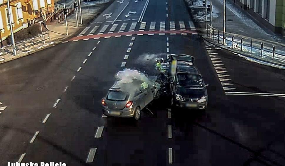 Film do artykułu: ZIELONA GÓRA. Wypadek w Zielonej Górze. Złamanie przepisów na drodze Cigacice - Zawada. Moment zdarzenia zarejestrowała kamera [WIDEO]