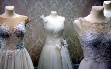 Do ołtarza w zwiewnej i kolorowej sukience. Mniej znaczy lepiej