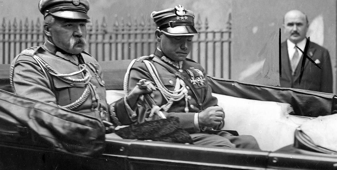 Jóżef Piłsudski z adiutantem kpt. Mieczysławem Lepeckim w samochodzie