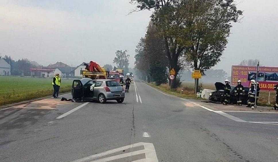 Film do artykułu: Łęki. Jedna osoba ranna w zderzeniu dwóch samochodów osobowych. Policja wprowadziła ruch wahadłowy