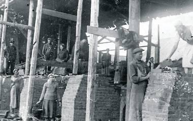 Sybir, praca w cegielni. Z przodu Antoni i Mikołaj Samosiukowie