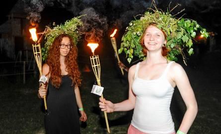 Puszczanie wianków na Sanie przez uczestników imprezy Fantasy Folk Fest w Wiosce Fantasy w Kuńkowcach pod Przemyślem.