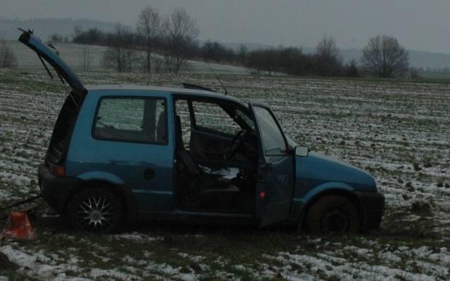 Uciekali kradzionym autem i zakopali się na polu
