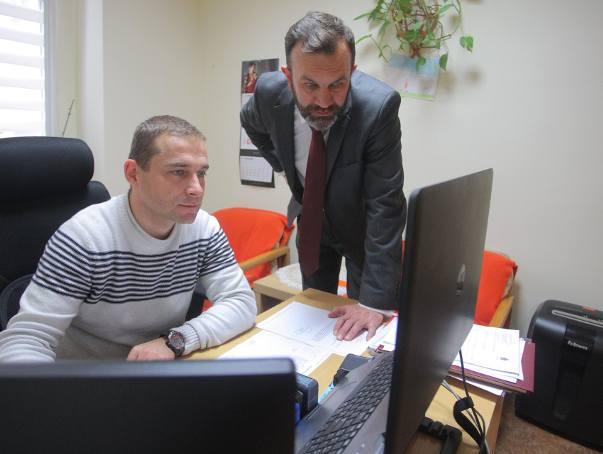 - Wszystko, co nowe, budzi obawy - przyznaje Marek Grzegorzewski (na zdjęciu z prawej), dyrektor DPS przy ul. Bukowskiej.