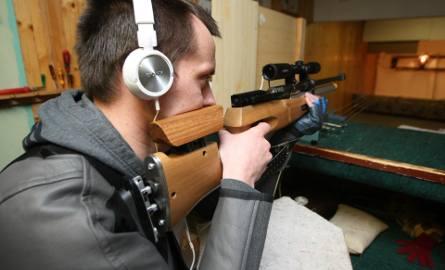 Pistolety w domach, strzelnica w każdym powiecie. Broń powszechna