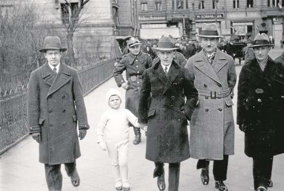 """Druga połowa lat 30. Leon Wiśniewski (z lewej) z kolegami z ratusza uchwycony przez """"leikowca"""""""
