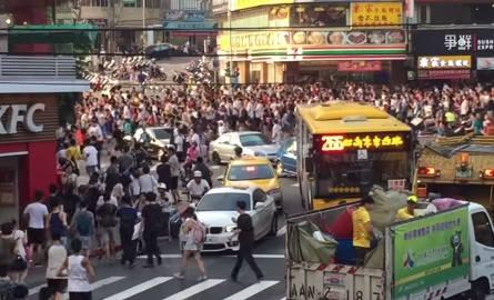 Sceny z filmu katastroficznego? Nie, to tysiące Azjatów gra w Pokemon Go
