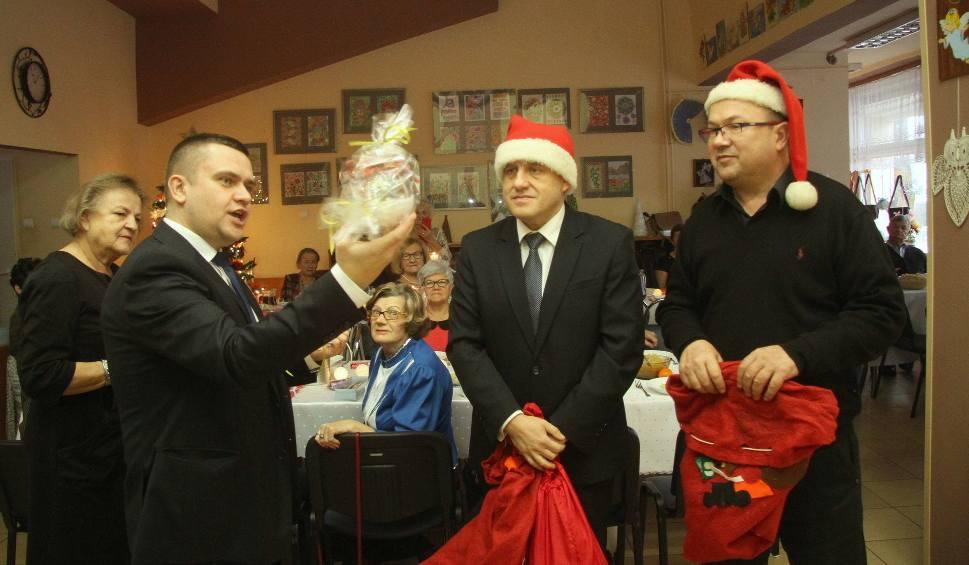 Film do artykułu: Kieleccy seniorzy spotkali się na wigilii. Dostali prezenty od Mikołaja