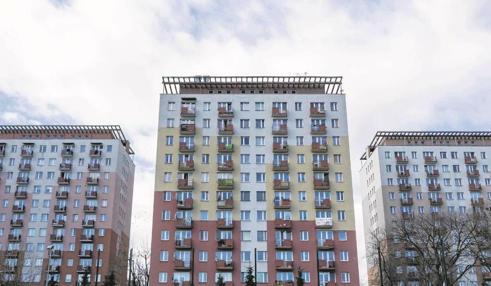 Film do artykułu: Domy z betonu miały przetrwać ewentualną wojnę. Teraz dają radę wiatrom