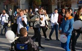"""Oświęcim. Wielka akcja przeciw nietrzeźwym kierowcom """"No Promil - No Problem"""". W happeningu na Rynku wzięło udział kilkuset uczniów ZDJĘCI"""