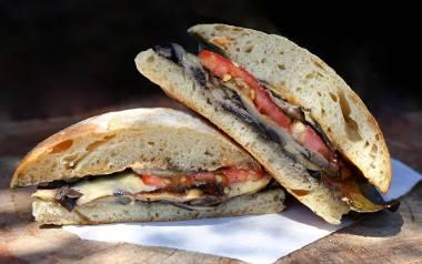 Warto puścić wodze fantazji i dodać do zapiekanych kanapek np. pieczarki, pokrojoną w cienkie paski paprykę, oliwki czy kukurydzę.