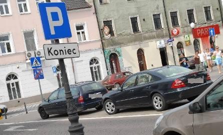 Mamy kolejne zdjęcie źle zaparkowanych samochodów. Tym razem Internauta przyłapał... radnego