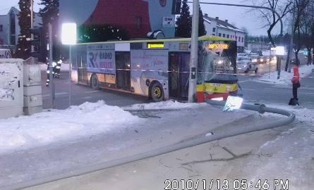 Autobus miejski i bus zderzyły się na kieleckim skrzyżowaniu (zdjęcia)