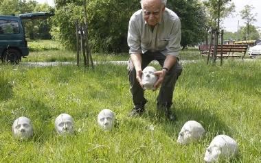 Sześć głów stanie na cokołach w parku przy Akademii Sztuk Pięknych- to będzie pomnik na 4 czerwca
