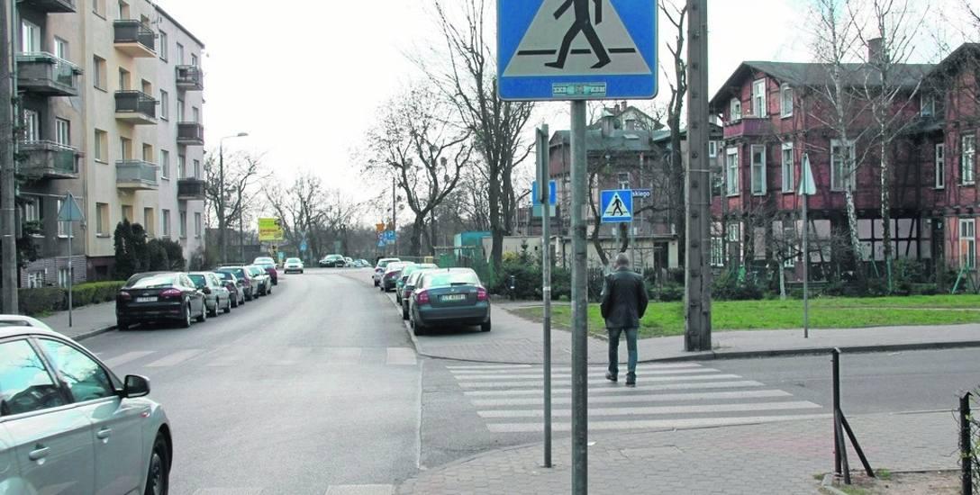 Samochody parkujące na chodniku przy Matejki  powinny zniknąć. Znikną jednak zezwalające na to znaki
