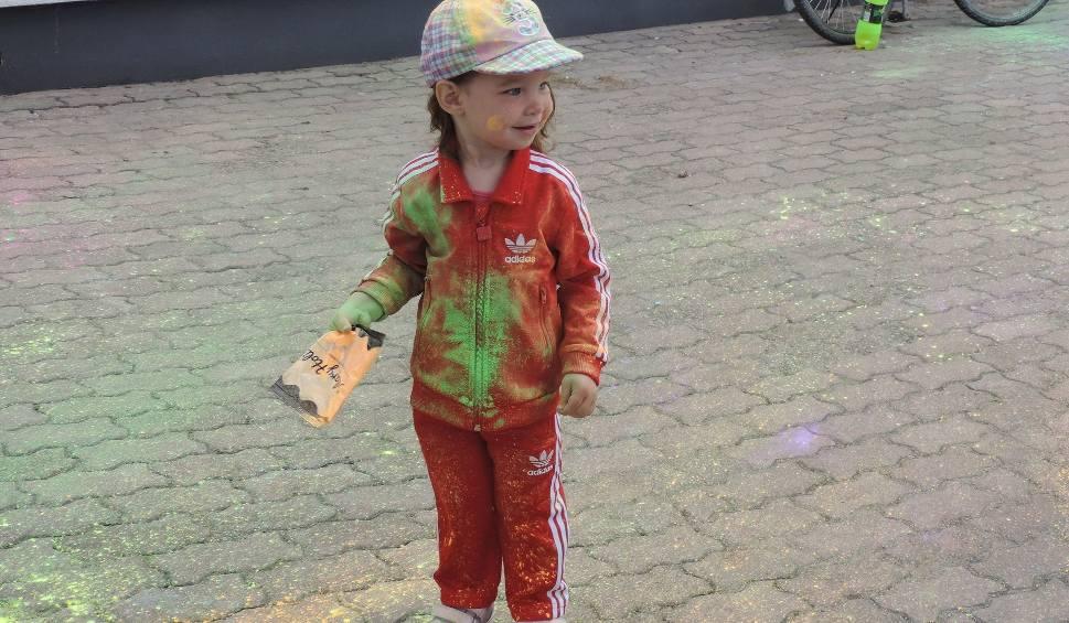 Film do artykułu: Małkinia Górna. Festiwal Kolorów, 5.07.2019. Kolorowymi proszkami obrzucało się ponad 150 osób. Było barwnie i radośnie