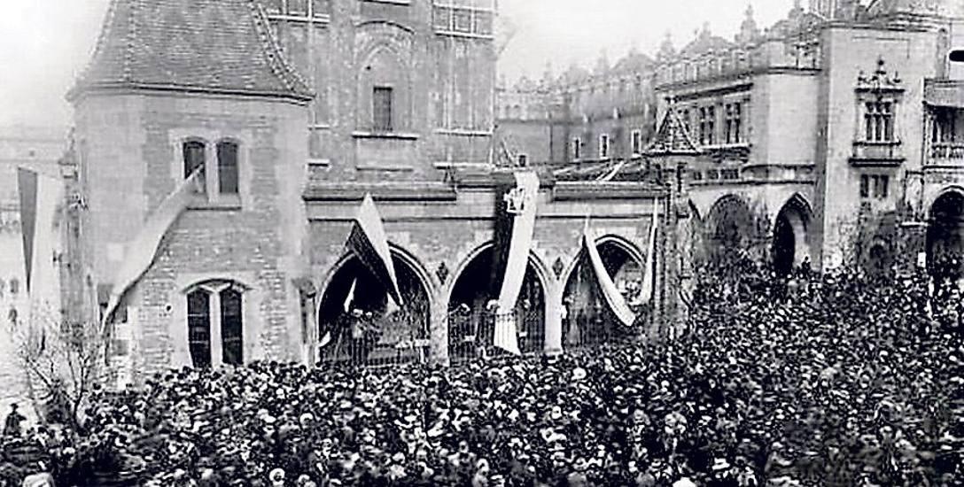 Odwach na krakowskim Rynku Głównym w dniu 31 października 1918 roku, kiedy mieszkańcy miasta masowo wyszli na ulice, by świętować odzyskanie przez Polskę