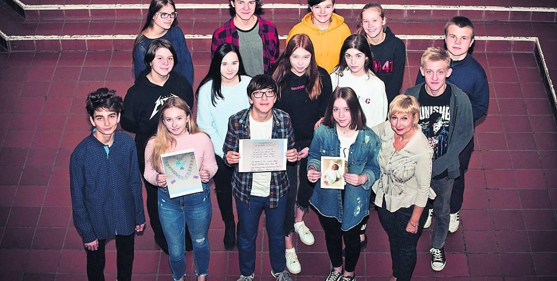 Uczniowie i anglistka Beata Lentner z Zespołu Szkół nr 3 prezentują kopię wysłanej kartki i swój skarb - odpowiedź.