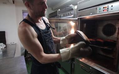 """Jacek Polewski, właściciel poznańskiej piekarni """"Czarny chleb"""" przygotował przepis na chleb powszedni. Pochodzi on z lat 80. Przejdź"""
