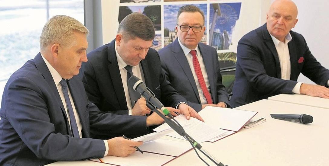 Umowę podpisali prezydent Tadeusz Truskolaski (od lewej) i szef PGE Obrót Józef Andrukiewicz.  Obecni byli też m.in. burmistrz Wasilkowa Mirosław Bielawski