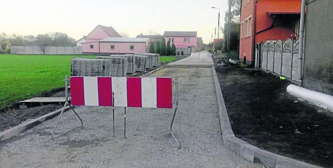Przez remont drogi w Czarnowicach mieszkańcy mają problemy z dojazdem do swoich posesji. - Nie ma objazdu - mówi Kamil Pawłowski. A remont niewielkiego
