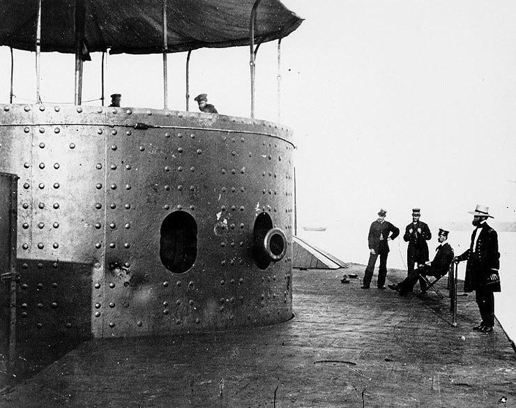 """Wgniecenia pancerza na wieży USS """"Monitor""""."""