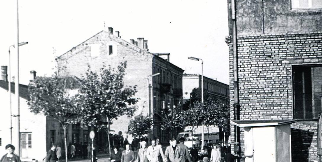 Ulica Sienkiewicza na wysokości ul. Jurowieckiej. Po prawej stronie budka z lodami. Około 1960 roku