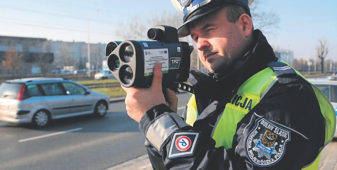 Sierżant Rafał Gredżuk z Wydziału Ruchu Drogowego Komendy Wojewódzkiej Policji we Wrocławiu pokazuje nam możliwości nowego urządzenia. Od dwóch tygodni