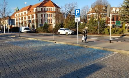 Niepełnosprawni kierowcy mogą wykupić karty parkingowe za 10 zł za rok.